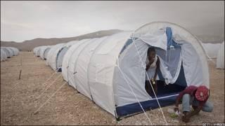 Refugiados haitianos que llegaron de Petionville al nuevo campamento de Corail Cesselesse por la llegada de lluvias