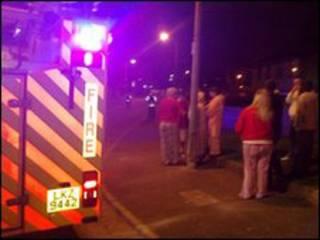 Personas cerca del sitio de la explosión en Irlanda del Norte.