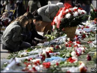 Люди кладут цветы у ограды посольства Польши в Москве