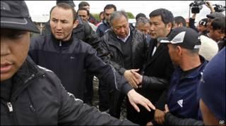 Курманбек Бакиев в окружении сторонников