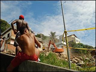 Moradores observam demolição no Morro do Uburu, Rio de Janeiro (foto: Caio Quero)