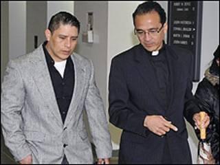 Joselo Lucero (izqu.), llega al juicio acompañado del padre Alan Ramírez, quien le apoya en el caso