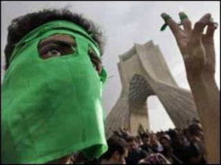 راهپیمایی معترضان در 25 خرداد 88 در میدان آزادی تهران