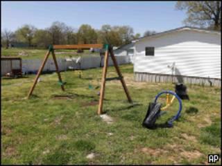 Качели во дворе дома Торри Хансен в Шелбивилле, штат Теннесси