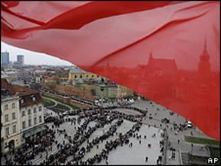 Miles de personas haciendo cola para dar su último adiós a la pareja presidencial en Varsovia