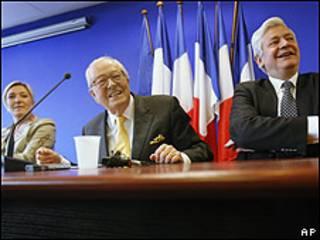 De izquierda a derecha, Marine Le Pen, Jean-Marie Le Pen y Bruno Gollnisch
