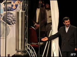 Президент Ирана демонстрирует новую центрифугу