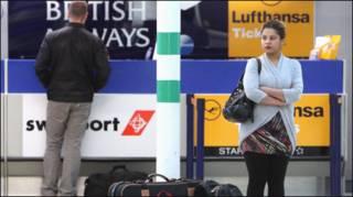 हवाई अड्डे पर इंतजार करते यात्री