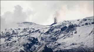 Fumaça saindo da erupção na geleira de Eyjafjallajoekull