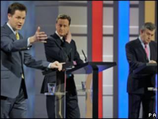 زعيم حزب الأحرار الديمقراطيين، نيك كليج رفقة ديفيد كاميرون وجوردن براون