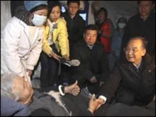 Wen Jiabao visita vítima de terremoto no Tibete (Xinhua)