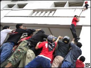 فرار یکی از رهبران معترضان