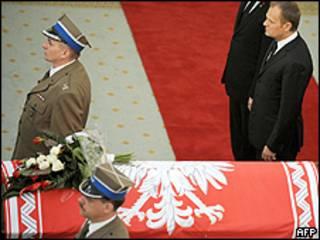 El primer ministro polaco rinde homenaje al presidente muerto