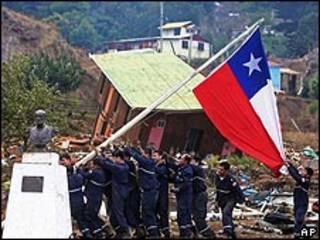 Marineros chilenos izan bandera en la Isla Juan Fernandez, 4 de marzo de 2010