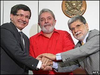 O ministro das Relações Exteriors turco, Ahmet Davutoglu, o presidente Lula e o chanceler Celso Amorim
