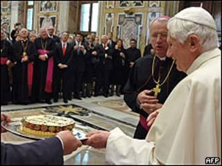 El Papa Benedicto XVin recibe una tarta por su 83 cumpleaños