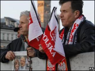 Asistentes al funeral en Polonia