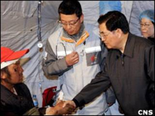 胡錦濤在玉樹看望正在接受治療的傷病(中新社圖片,18/04/2010)