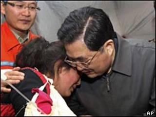 Presidente Hu Jintao visita a las víctimas del terremoto