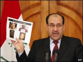 المالكي يحمل صور قادة القاعدة الذين قتلوا في العراق