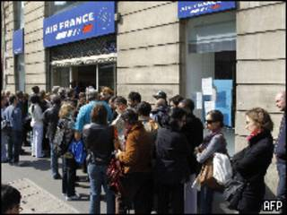 Fila de passageiros da Air France em Paris