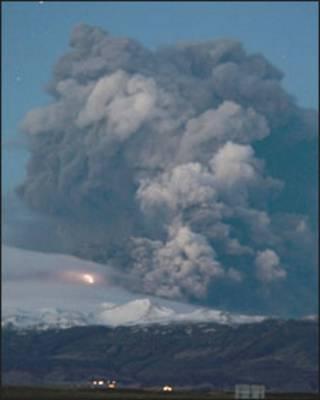 Nuvem lançada por erupção no vulcão Eyjafjallajoekull. Foto: Halldor Kolbeius/ AFP/ Getty