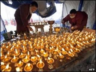 喇嘛們點酥油燈為地震死難者超度亡靈