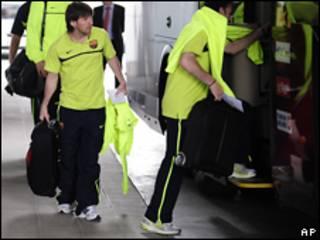 """Форвард """"Барселоны"""" Лионель Месси идет к автобусу"""
