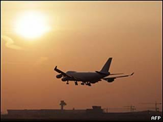 Літак приземляється у німецькому Франкфурті-на-Майні увечері в вівторок