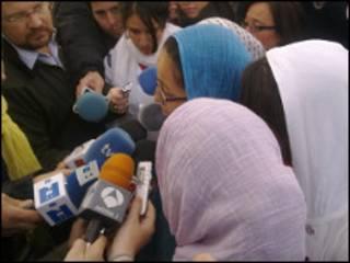 Niñas que protestas usando velo islámico