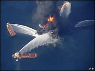 Barcos combatem incêndio na Deepwater Horizon (AP)