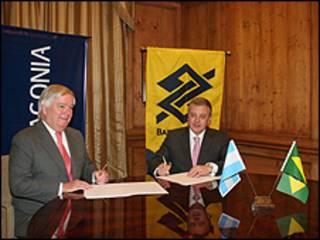 Jorge Stuart Milne (esq.) e Aldemir Bendine assinaram documentos em Buenos Aires (foto: Divulgação)
