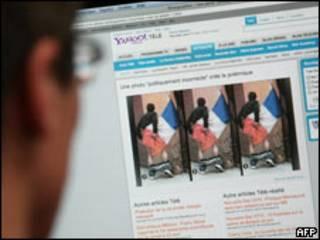 En París un hombre mira la foto criticada por la ministra