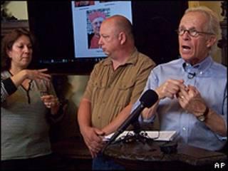 Intérprete (izquierda), Dean Weissmuller (centro), Jeff Anderson (derecha) en rueda de prensa en Milwaukee, Wisconsin