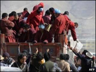 喇嘛們在玉樹州首府結古鎮分發救援物資