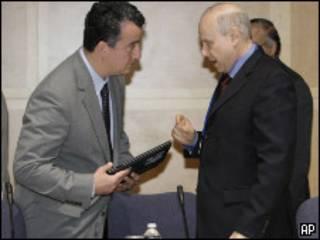 Guido Mantega (à dir.) se preparando para presidir encontro do G20 em Washington (FOTO AP)