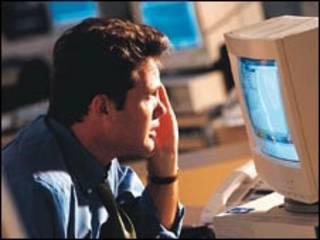Hombre mirando computadora en oficina