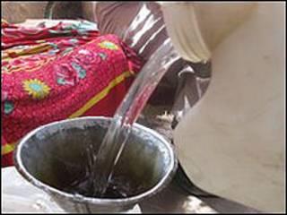 Waragi, ginebra hecha en casa, Uganda