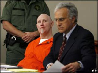 Ронни Гарднер (в центре) со своим адвокатом