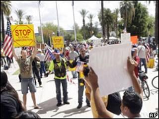 Manifestantes en favor y en contra