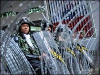 Cảnh sát Thái Lan lập chốt soát xe và cản đường