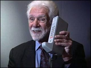 मार्टिन कूपर पहले मोबाइल सेट के साथ