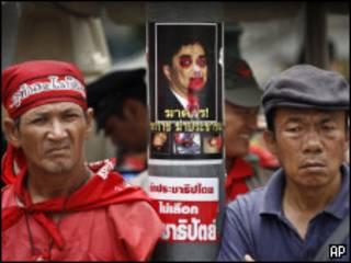 Демонстранты с изородованным портретом премьера Таиланда