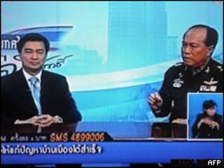 Телевизионное выступление премер-министра (слева) и командующего армией Таиланда