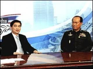 Thủ tướng Abhisit Vejjajiva (trái) và Tướng Anupong Paojinda trên truyền hình trong ngày 25/4/2010