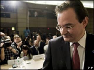 O ministro de Finanças da Grécia, George Papaconstantinou, durante coletiva de imprensa neste domingo (AP)