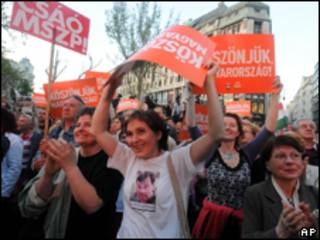 Partidários do Fidesz comemoram vitória nas urnas (AP)