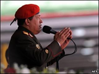 Chávez em trajes militares (arquivo)
