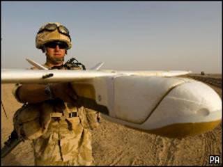 ड्रोन के साथ सैनिक