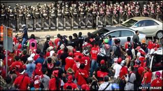 Người biểu tình đối mặt với cảnh sát